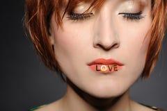 Mulher de Love.Beautiful com penteado da forma Fotos de Stock Royalty Free