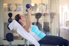 Mulher de meia idade atrativa que dá certo em um gym fotografia de stock royalty free