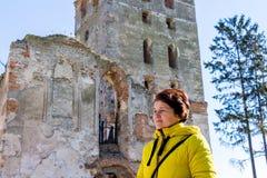 Mulher de meia idade durante uma excursão ao castle_ velho foto de stock