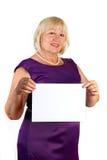 Mulher de meia idade elegante com a folha de papel imagens de stock