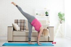 Mulher de meia idade em seu 50s que estica para o exercício Foto de Stock Royalty Free