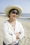 Mulher de meia idade na praia Fotografia de Stock