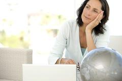 Mulher de meia idade pensativa Imagem de Stock Royalty Free