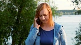 Mulher de meia idade que fala no telefone vídeos de arquivo