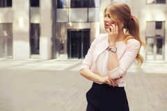 Mulher de negócio à moda loura ocasional rica bonita da forma com Imagens de Stock Royalty Free
