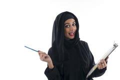 Mulher de negócio árabe atrativa nova que mostra a prancheta isolada imagem de stock royalty free