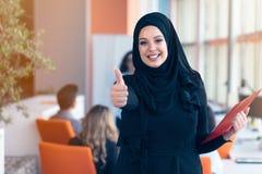 Mulher de negócio árabe com o hijab que guarda um dobrador fotografia de stock royalty free