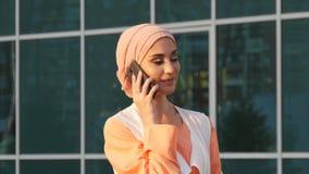 Mulher de negócio árabe no telefone celular em um parque filme