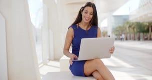 Mulher de negócio adorável que trabalha no computador video estoque