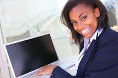 Mulher de negócio africana com computador fotografia de stock royalty free
