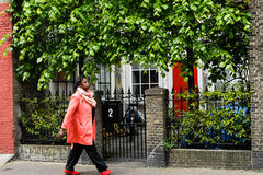 A mulher de negócio afro-americana está andando através da cidade fotos de stock