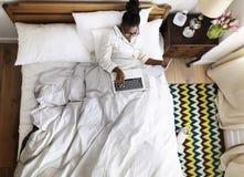 Mulher de negócio afro-americano no funcionamento da cama fotografia de stock