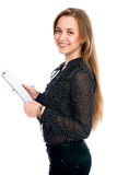 Mulher de negócio alegre bonita com tabuleta e pena para notas Foto de Stock Royalty Free