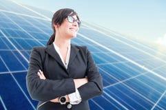 Mulher de negócio alegre que está com braços dobrados Foto de Stock
