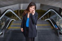 Mulher de negócio alegre que fala no telefone Foto de Stock Royalty Free