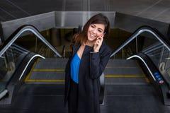 Mulher de negócio alegre que fala no telefone Fotografia de Stock Royalty Free