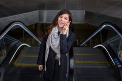 Mulher de negócio alegre que fala no telefone Imagem de Stock