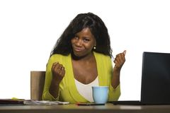 Mulher de negócio americana nova do africano negro feliz e atrativo que sorri trabalho alegre e seguro no ce da mesa do computado fotografia de stock royalty free