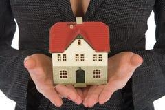 A mulher de negócio anuncia bens imobiliários Fotografia de Stock Royalty Free
