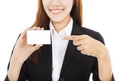 Mulher de negócio asiática bonita que mostra o cartão Fotografia de Stock Royalty Free