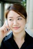 Mulher de negócio asiática com telefone fotos de stock royalty free
