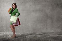 Mulher de negócio asiática feliz que abre seu saco de compras Imagens de Stock Royalty Free