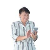 Mulher de negócio asiática idosa que usa o smartphone isolado no branco imagem de stock royalty free