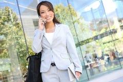 Mulher de negócio asiática no telefone de pilha fotografia de stock royalty free