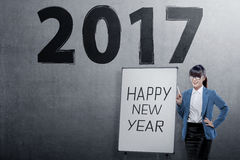 Mulher de negócio asiática nova com ` s do ano novo feliz que cumprimenta sobre 2 Fotografia de Stock