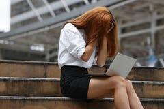Mulher de negócio asiática nova forçada da virada com mãos na cara que sente desapontado ou cansado com trabalho fotos de stock