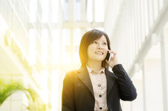Mulher de negócio asiática nova no telefone Imagem de Stock Royalty Free