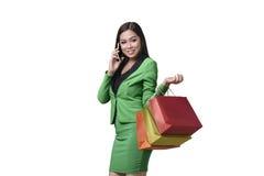 Mulher de negócio asiática nova que abre seu saco de compras Foto de Stock