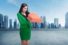 Mulher de negócio asiática nova que abre seu saco de compras fotos de stock royalty free