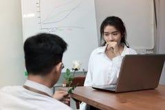Mulher de negócio asiática nova surpreendida entusiasmado para obter uma rosa branca no escritório no dia do ` s do Valentim Amor Imagens de Stock Royalty Free