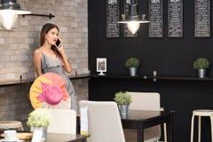 A mulher de negócio asiática nova vestiu-se no estilo ocasional usando m esperto imagens de stock
