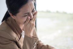 A mulher de negócio asiática que grita, mulher de negócios era cansado para fora do th Fotografia de Stock