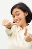 Mulher de negócio asiática que mostra dois polegares acima fotos de stock royalty free