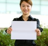 Mulher de negócio asiática que prende um papel em branco fotos de stock