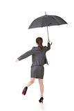 Mulher de negócio asiática que salta com guarda-chuva Foto de Stock