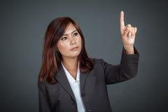 Mulher de negócio asiática que toca na tela Imagem de Stock