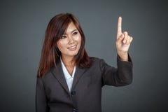 Mulher de negócio asiática que toca na tela e no sorriso Foto de Stock Royalty Free