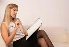 Mulher de negócio atrativa confiável imagem de stock