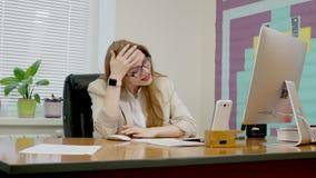 Mulher de negócio atrativa de Yong que expressa a frustração no trabalho e afligida por algo que vê em seu computador video estoque