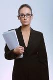Mulher de negócio atrativa nova com contrato imagens de stock
