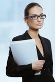 Mulher de negócio atrativa nova com originais do contrato em sua mão imagens de stock royalty free