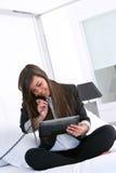 Mulher de negócio atrativa nova com tabuleta. imagens de stock