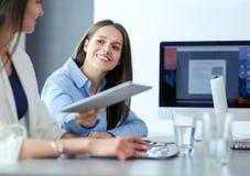 Mulher de negócio atrativa que trabalha no portátil no escritório Ilustração do JPG + do vetor Foto de Stock Royalty Free