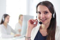 Mulher de negócio atrativa que trabalha no portátil no escritório Ilustração do JPG + do vetor Imagens de Stock