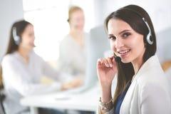 Mulher de negócio atrativa que trabalha no portátil no escritório Ilustração do JPG + do vetor Fotografia de Stock Royalty Free