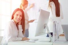 Mulher de negócio atrativa que trabalha no portátil no escritório Ilustração do JPG + do vetor Fotos de Stock